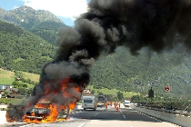 Fahrzeugbrände entwickeln viele tausend Kubikmeter Rauchgase binnen kürzester Zeit. Im Tunnel wird das möglicherweise zu einer tödlichen Gefahr.